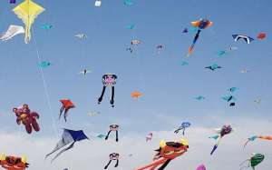 kite-flying-bnaider-desert-kuwait