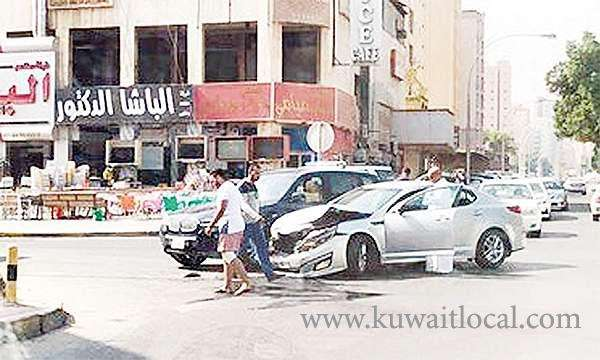 youth-in-accident-attacks-traffic-police_kuwait
