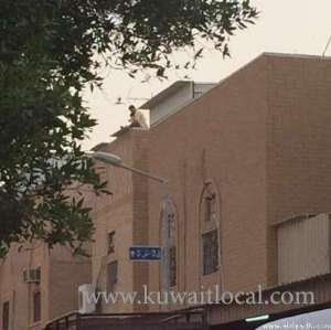 kuwaiti-drug-addict-threatens-to-throw-his-baby-from-roof_kuwait