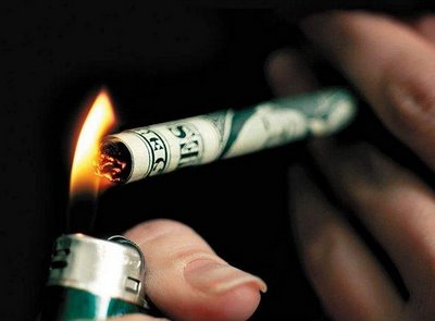 a-kuwait-citizen-lighted-a-cigarette-by-burning-a-10-kwd-arrested_kuwait