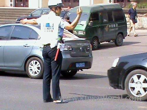 -a-traffic-officer-was-insulted-by-mps-son_kuwait